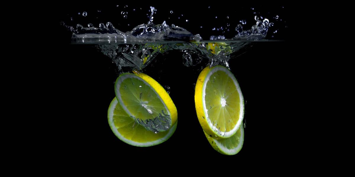 Lemones Frescos en agua.